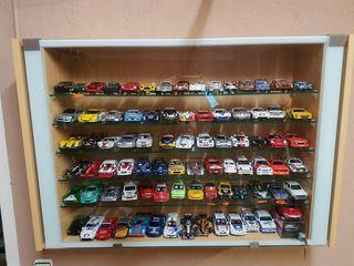 vitrina con 84 coches de scalextric