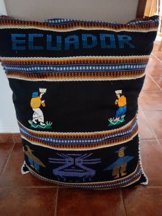 COJIN GRANDE CON MOTIVOS DE ECUADOR