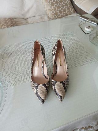 Zapatos de tacón estampado serpiente negro y beige