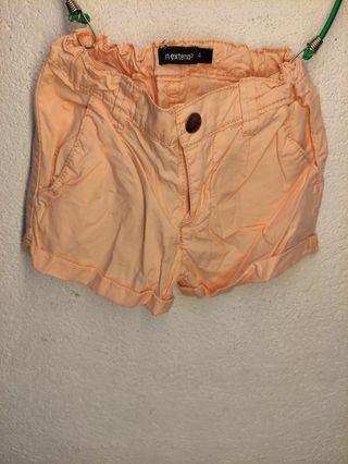 Pantalón corto de niña, talla 4 años.