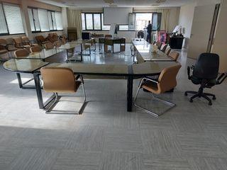 sala de reuniones compuesto de mesas sillas mueble
