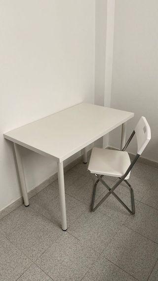 Mesa y silla blanca de despacho.