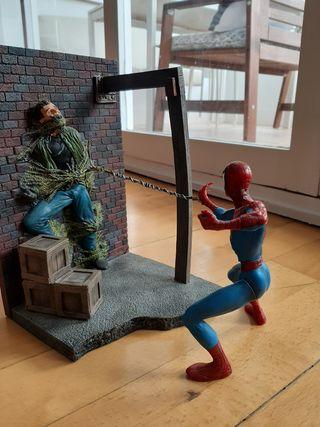 Marvel Spiderman ataca villano