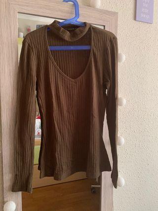 Camiseta tejida canalé de cuello con gargantilla