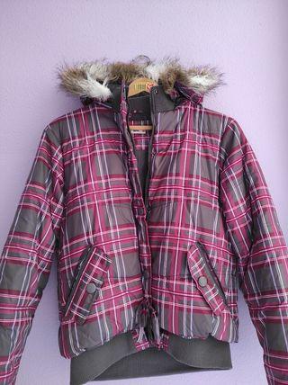 abrigo gris y fucsia