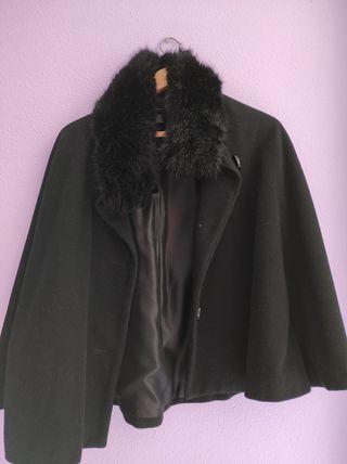 abrigo-capa negro de Zara
