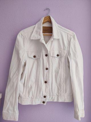 chaqueta vaquera blanca de hombre de Zara