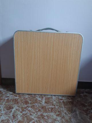 Mesa plegable con 4 taburetes