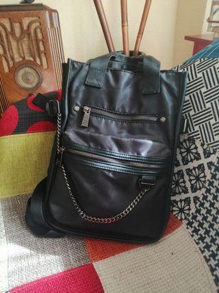 Mochila Zara negra.