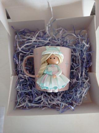 taza con muñeca