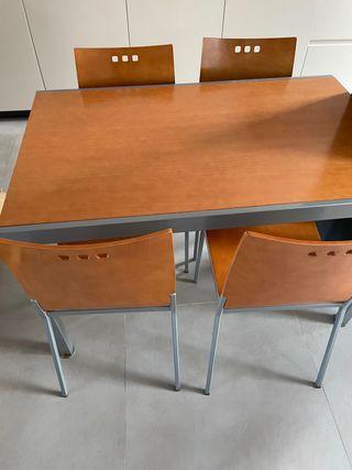 Mesa de madera extensible y cuatros sillas