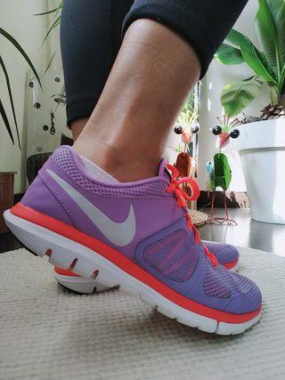 zapatillas Nike lilas/rojo t. 38.5