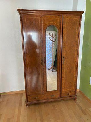 Gran armario de madera vintage con espejo