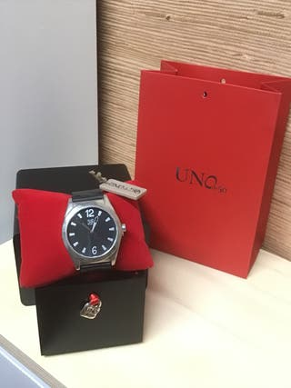 Elegante reloj de cuero negro Uno de 50