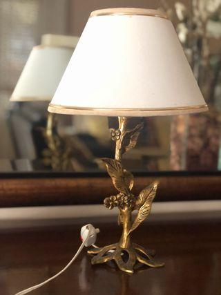 Lámpara vintage con pie de latón con flores