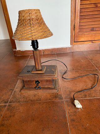 Lámpara rústica de madera con cajón