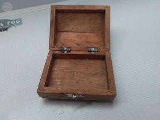 antigua caja de madera con herrajes