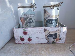 cajas de madera y frascos cocina