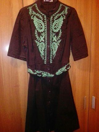 vestido abotonado con bordado talla grande