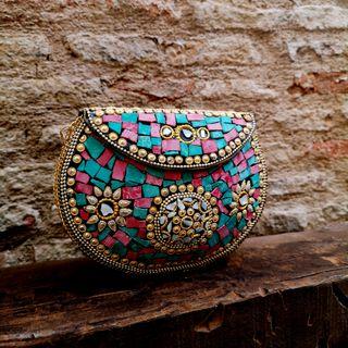 Bolso Clutch Dorado y Multicolor.