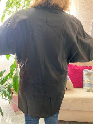 Abrigo oversize ochentero de piel negro