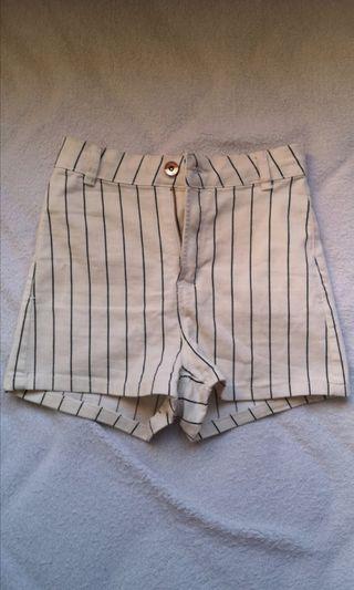 Pantalón vaquero de rayas.