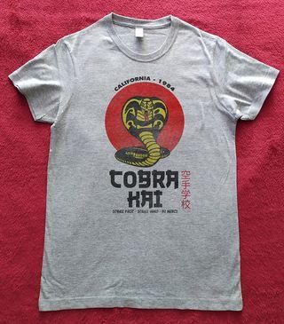 Camiseta Muje rCobra Kai Logo 1984, a estrenar