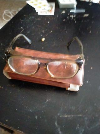 gafas antiguas y funda de original de regalo