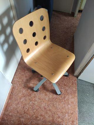 Silla de madera con ruedas