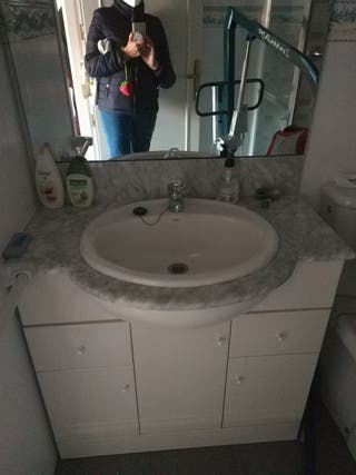 Mueble de baño, grifo y espejo