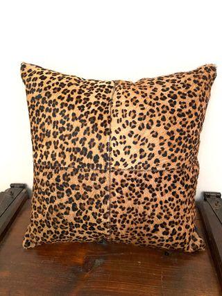 Cojin piel de vaca estampado leopardo