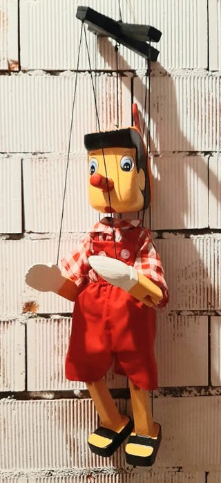 pinocho, marioneta de hilos o titere de madera