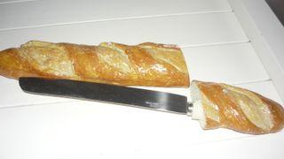 barra de pan cuchillo