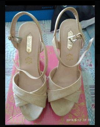 Sandalias y 2 bolsos