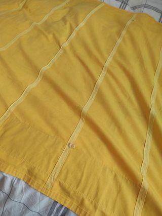 cortina estor amarilla con decoración en azul