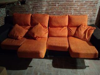 Sofá de 4 plazas color naranja y marrón.