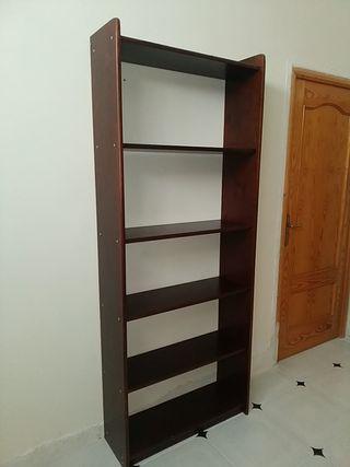 estanteria de madera lacada