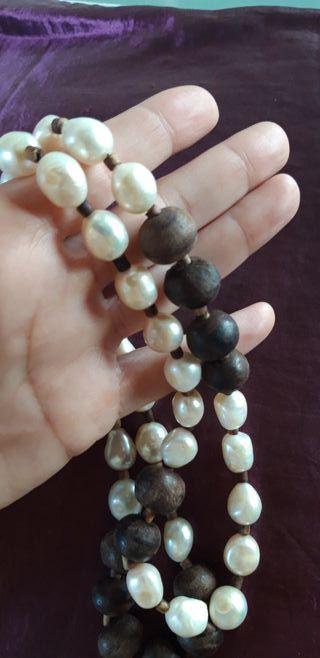 Collar de perlas naturales y madera
