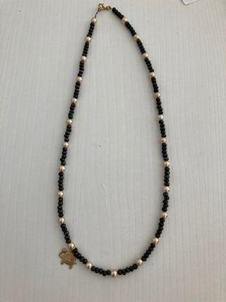 Collar con perlas y piezas de madera