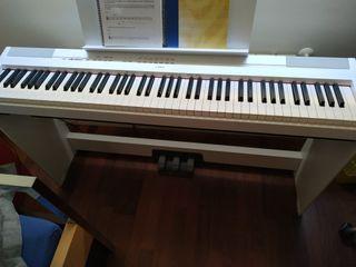 E. Piano Yamaha P-115 con mueble.