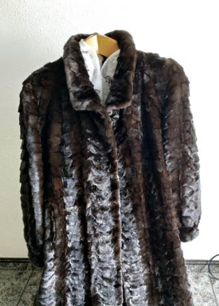 Abrigo de piel de visón marrón osuro.
