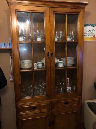Se vende Vitrina aparador y mesa con 5 sillas