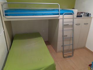 dormitorio 2 camas, una canapé.