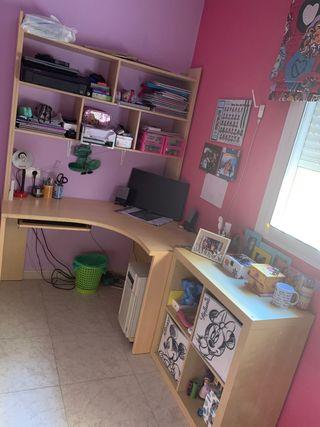 Escritorio de esquina con repisa y mueble