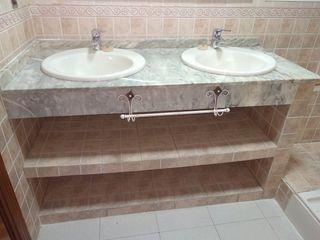 Encimera de mármol con dos lavabos