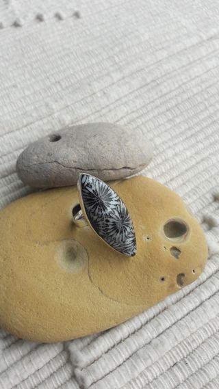 Anillo de plata con piedra ovalada