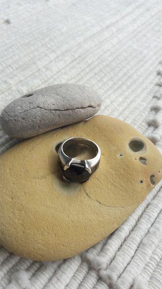 Anillo de plata con piedras negras