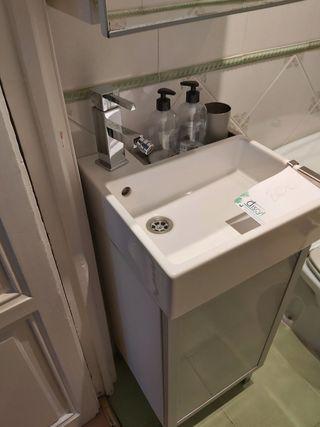 Mueble, lavabo grifo y armarito con espejo.