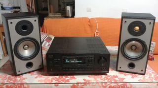 amplificador y dos altavoces