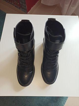 bota bershka negra